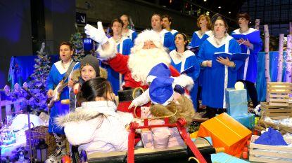 Kerstman komt aan in Centraal Station