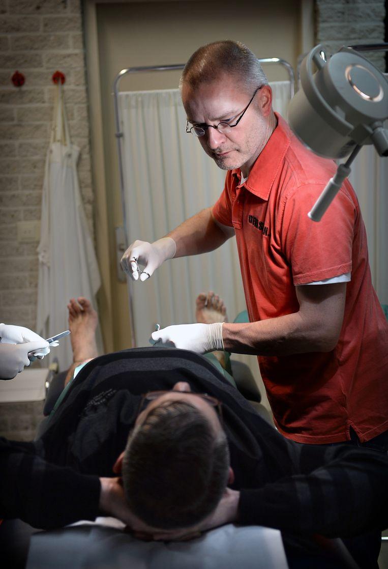 Een huisarts in Wijk en Aalburg steriliseert een man. Artsen die nog geen contract hebben met VGZ krijgen geen vergoeding voor dergelijke eenvoudige chirurgische ingrepen. Beeld Marcel van den Bergh / de Volkskrant