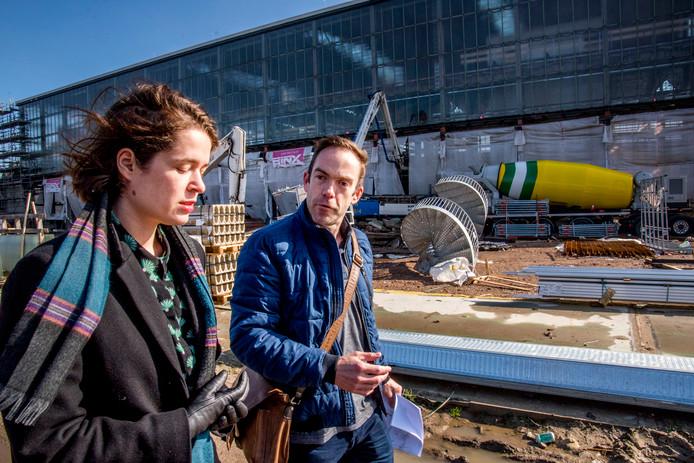 Schrijfster Lieke Marsman wordt bijgepraat door Geert Mentink over vervuilde grond in de stad