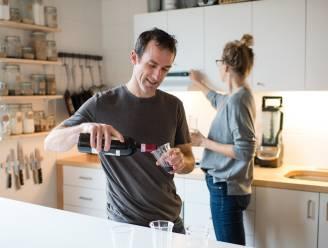"""Na een lange werkdag een glas wijn, hoe (on)gezond is dat? """"Met een beetje pech raak je er meer gestresst door"""""""