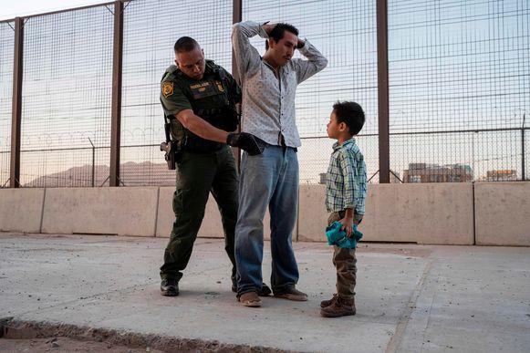 Een vader en zijn zoon worden opgepakt wanneer ze vanuit Mexico de VS binnen proberen te komen.