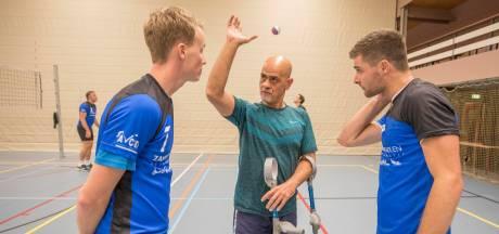 Volleybalcoach Nesseem opvallende verschijning: 'Iedereen in deze wereld is gehandicapt'