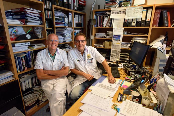 Chirurg Rudi Roumen en zijn collega Marc Scheltinga van het Máxima Ziekenhuis. Roumen kreeg een gouden legpenning van de Nederlandse Vereniging voor Heelkunde (NVvH), een oorkonde die sinds 1975 nog maar 25 keer is uitgereikt.