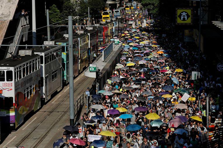 Massaal protest in Hongkong gisteren. Volgens de organisatoren en de politie van de speciale administratieve regio van China waren er meer dan 20.000 mensen.  Beeld AP