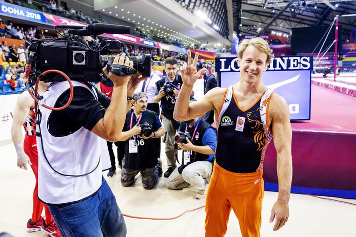 Epke Zonderland viert zijn derde keer als wereldkampioen op de rekstok tijdens de toestel finales op de wereldkampioenschappen turnen in Doha, Qatar.