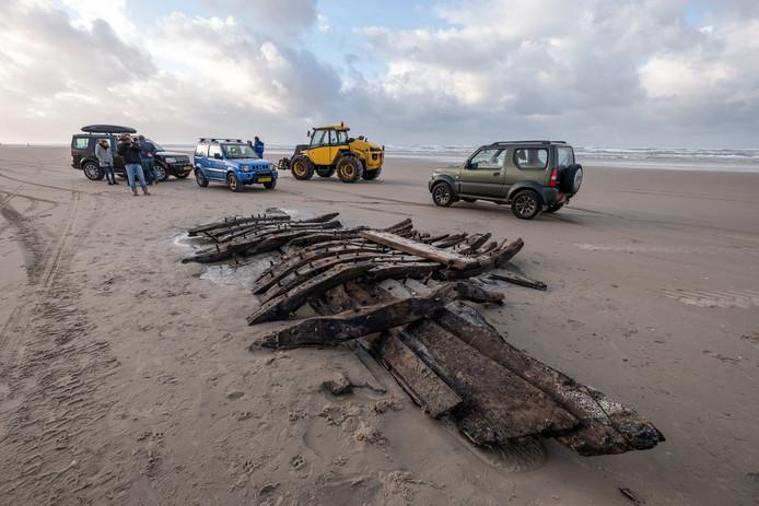 Op het strand van Terschelling is een scheepswrak gevonden. De harde wind in combinatie met hoog tij zorgden ervoor dat het wrak op het strand werd geworpen.
