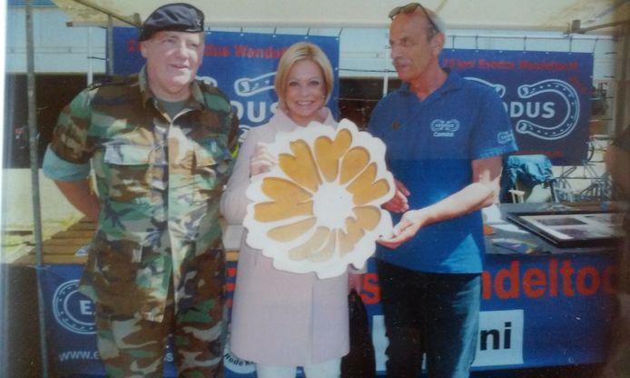 Martien van Hemmen met de marigold die door toenmalig minister Hennis wordt gedragen
