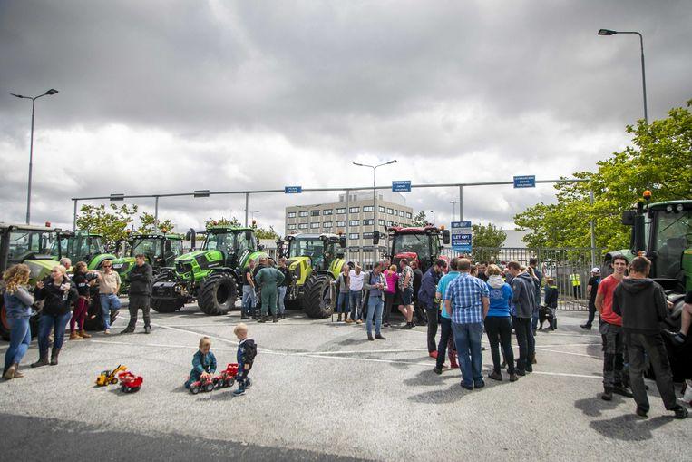 Boeren met trekkers protesteren bij het distributiecentrum van Albert Heijn in Zaandam. Ze eisen een gesprek met de directie over eerlijker prijzen voor hun producten. Beeld ANP