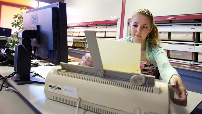 Een ambtenaar van de gemeente Weert werkte eind vorige week op een typemachine vanwege een aanval van het computervirus Dorifel.