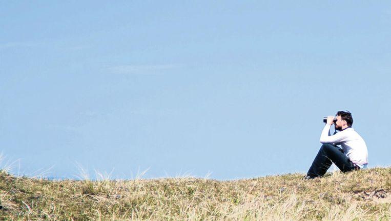 Arjan Dwarshuis op een duin op Texel. Beeld Romi Tweebeeke