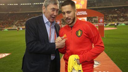 Eddy Merckx wisselt voor aftrap truitjes met Eden Hazard
