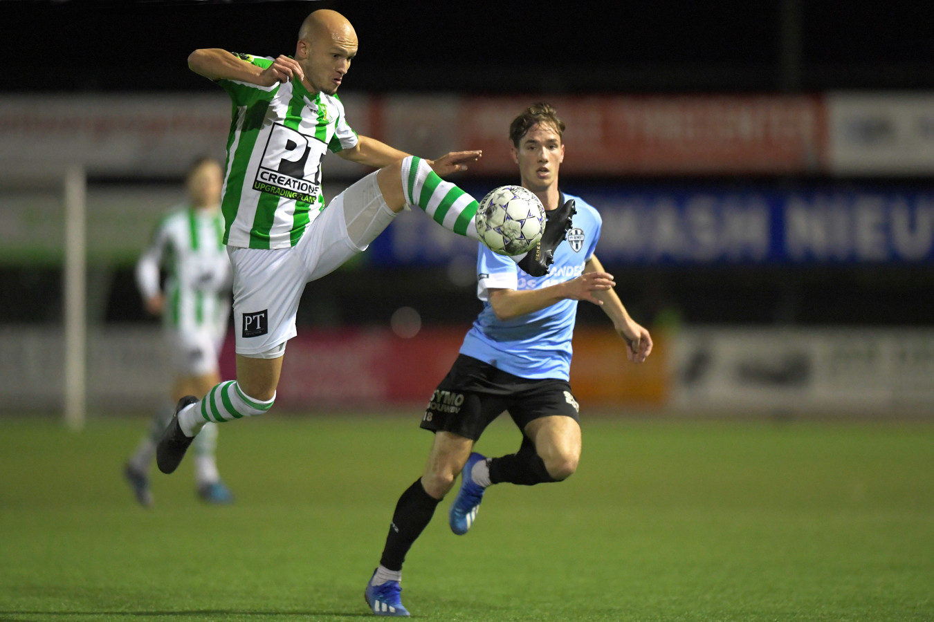 Maarten Boddaert (Achilles Veen) in duel met Gemert-speler Bram Zwanen.