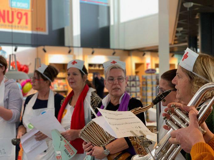 De Band van vijf procent tijdens de actiebijeenkomst in ziekenhuis ZorgSaam in Terneuzen.