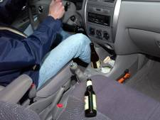 Stomdronken vrouw (35) plast midden op straat en gooit fles uit rijdende auto in Bergen op Zoom
