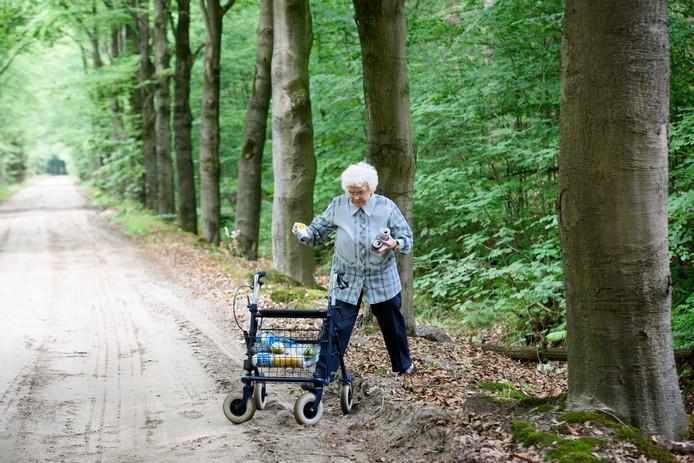 OIRSCHOT - De 95-jarige Cato Smetsers-Machielsen ruimt al lopend met haar rollator rotzooi op in de natuur.