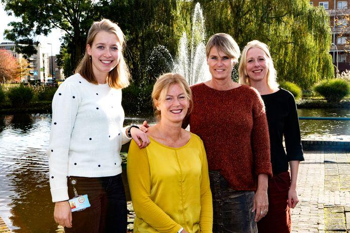 Initiatiefnemers van het Parkinsonkoor Deventer, Laura Overeem en Sjoukje Visser (links) gaan samen met Alice Somer en Joanne Verdonkschot aan de slag met elf koorleden.