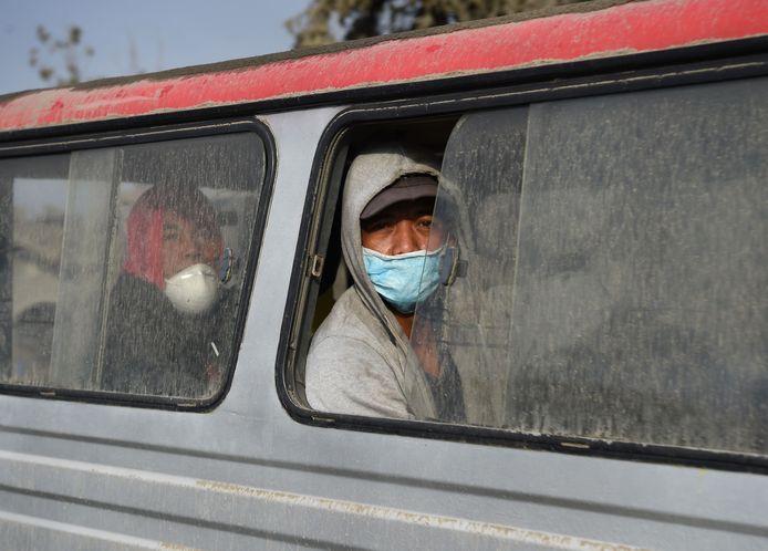 Une personne évacuant la zone, le 15 janvier 2020.