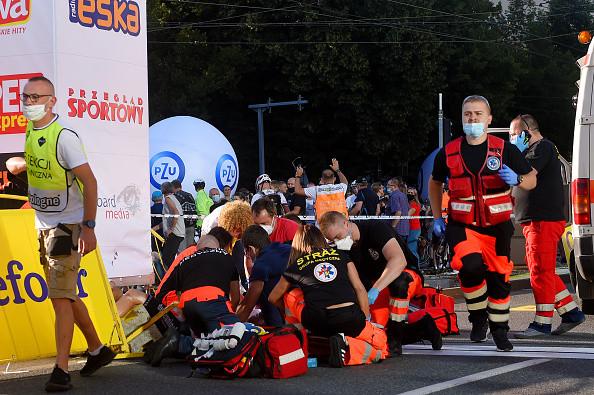Fabio Jakobsen wordt ter plekke behandeld aan zijn zware verwondingen.