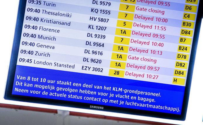 De vertrekborden op de luchthaven, tijdens een staking van het grondpersoneel van luchtvaartmaatschappij KLM.