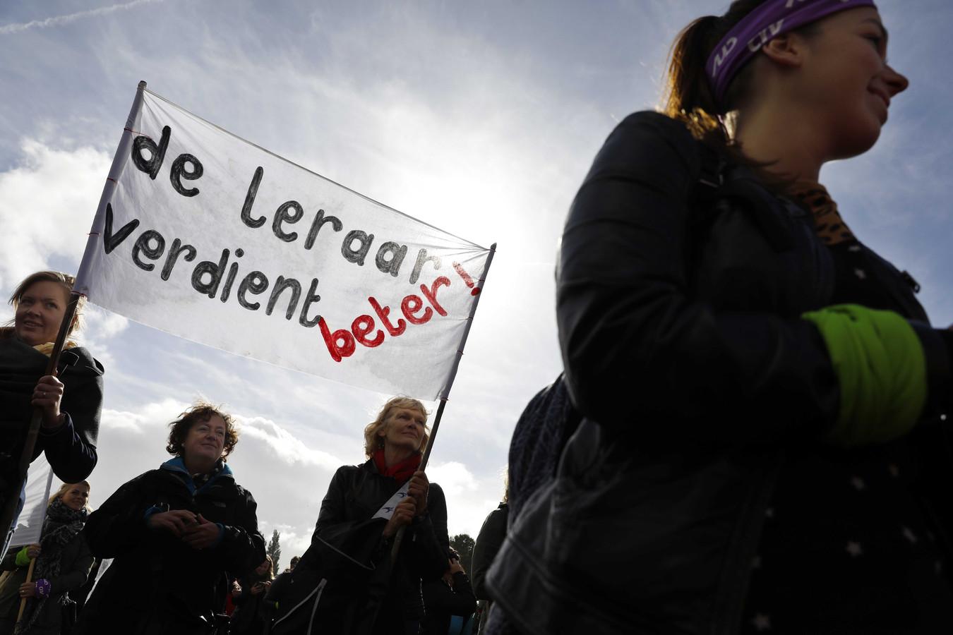 Twee weken geleden stroomde het Zuiderpark in Den Haag vol met ruim 60.000 boze basisschoolleraren. Nu komen ook andere docenten in actie.