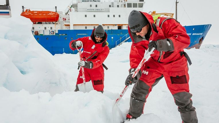 De missie om het schip Akademik Sjokalskij los te krijgen uit het ijs wil niet vlotten. Beeld afp