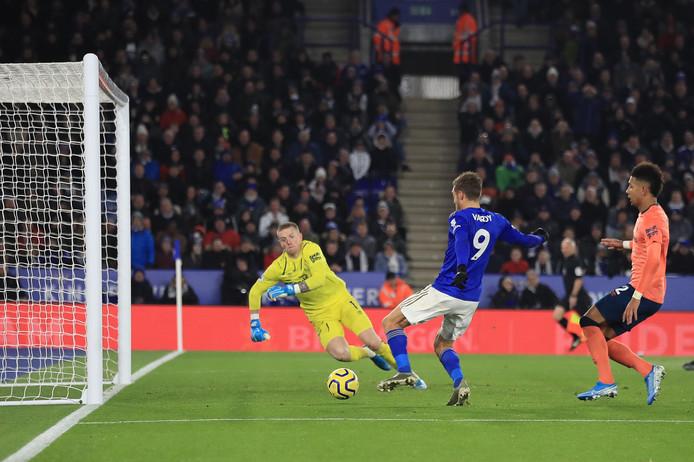 Jamie Vardy tikt de 1-1 binnen namens Leicester City.