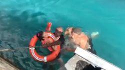 Meisje in rolstoel gered nadat ze in het water viel