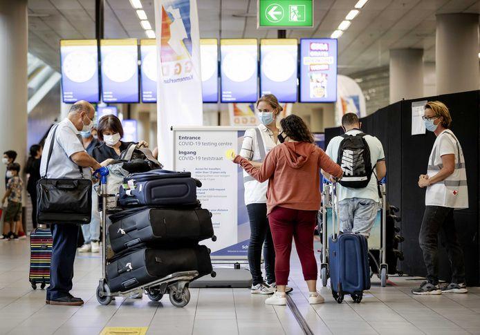 De inmiddels gesloten teststraat op Schiphol waar binnenkomende reizigers uit risicogebieden zich op het coronavirus konden laten testen.