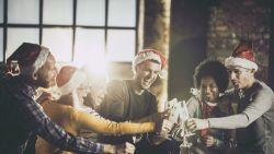 Nieuwjaar: wat zegt de etiquette over kussen op het werk?