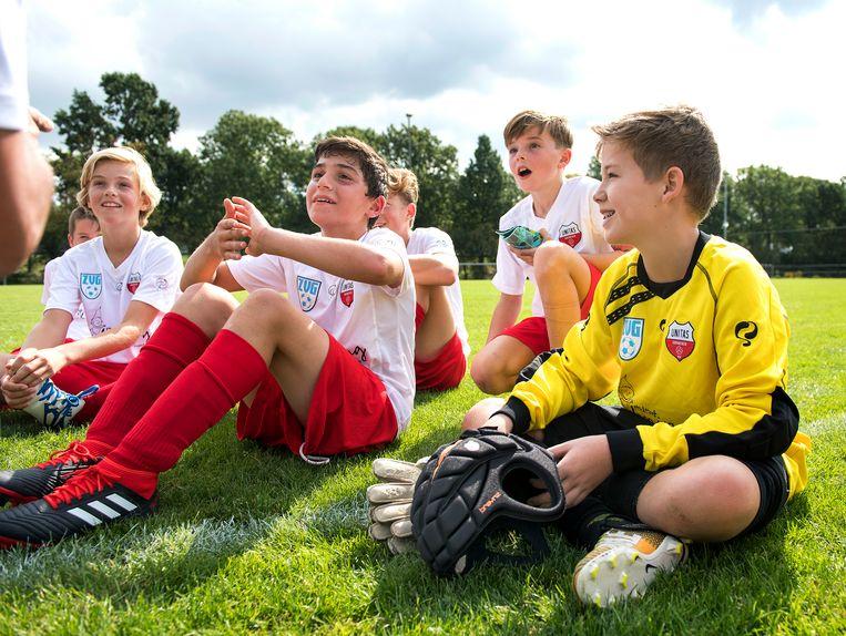Alle keepers van de Gorinchemse club Unitas dragen tot 14 jaar oud verplicht een helm. Beeld null