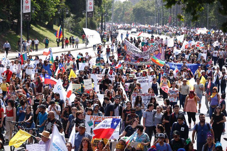 Onder de betogers waren vandaag ook honderden leraren. Beeld EPA
