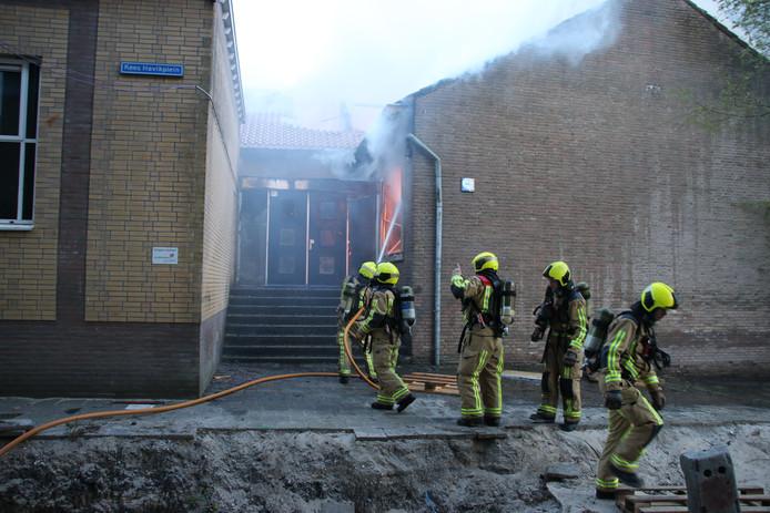 De brandweer probeerde de vlammen van buiten af onder controle te houden.