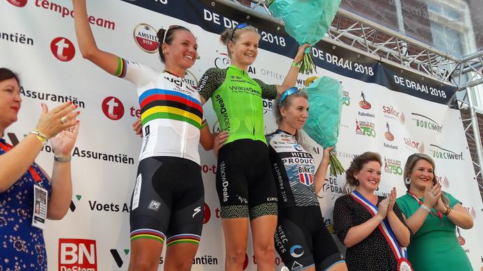 Een stralende Jeanne Korevaar op het hoogste treetje van het podium in Roosendaal. Ze won De Draai voor wereldkampioene Chantal Blaak en Nina Kessler.