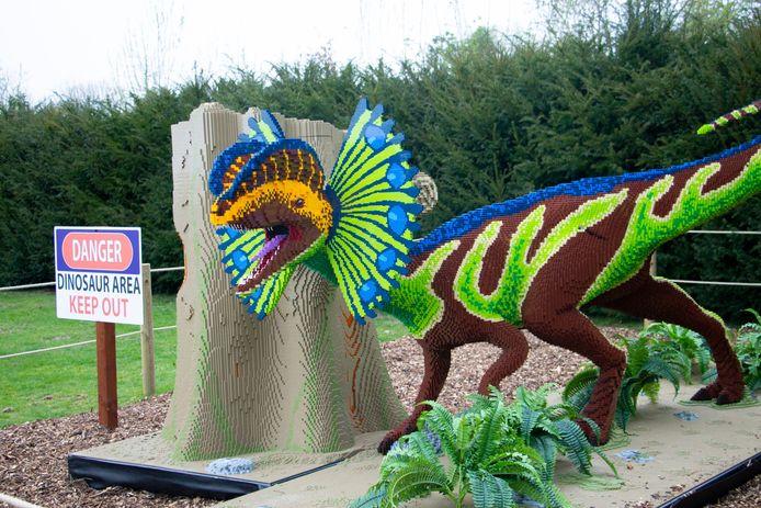 Een veelkleurige Dilophosaurus van Lego-steentjes.