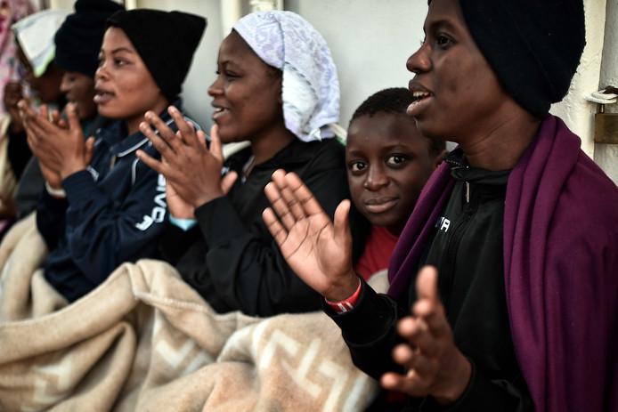 Nigeriaanse bootvluchtelingen zingen aan boord van de MV Aquarius die de vluchtelingen oppikten uit de Middellandse Zee. De reddingsboot brengt ze naar de Siciliaanse havenplaats Messina. Foto Louisa Gouliamaki