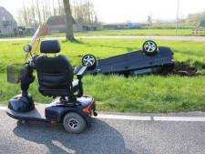 Automobilist die uitwijkt voor scootmobieler slaat over de kop