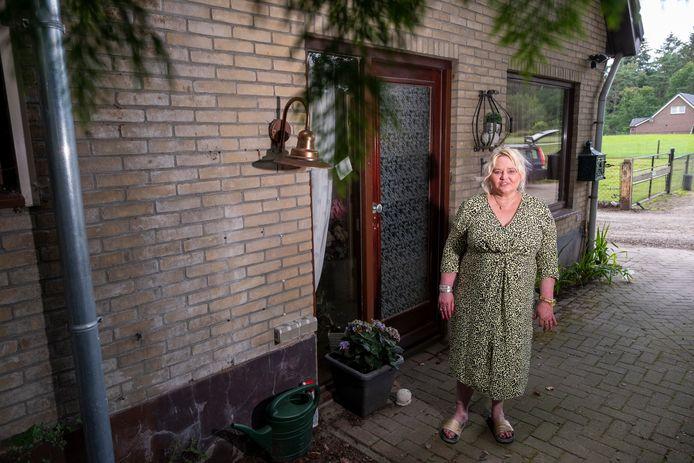 Henriëtte van den Beld voor haar eigen woning, die legaal is. Daarachter liggen vier appartementen die volgens de gemeente Heerde niet legaal zijn.