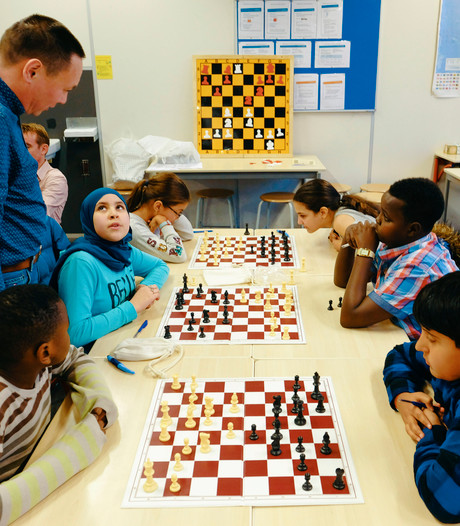 Basisschool leerlingen beginnen eigen schaakclub: 'Ik loop net als het paard'
