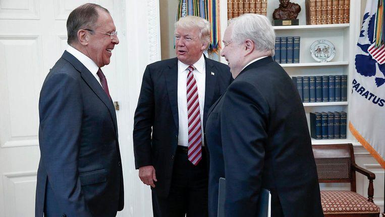 Trump ontmoet de Russische minister van Buitenlandse Zaken Lavrov (links) en de Russische ambassadeur Kisljak in het Witte Huis Beeld AP