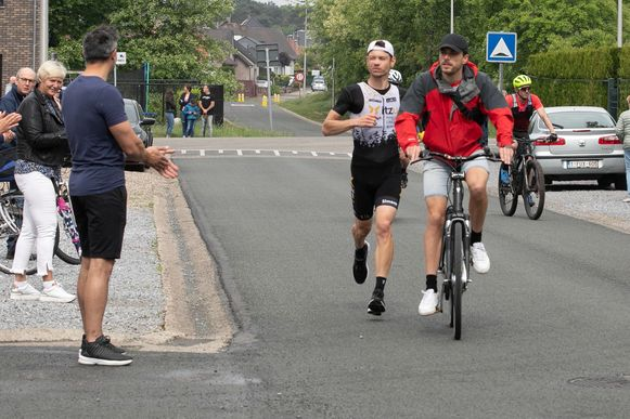 Atleet Dirk Dexters (35) heeft zondagvoormiddag een marathon gelopen in zijn eigen wijk. Na 57 rondjes kwam hij aan in een tijd van 2 uur, 40 minuten en 15 seconden. Zo zamelde hij drieduizend euro in voor het goede doel 'Hart voor Kinderen'.