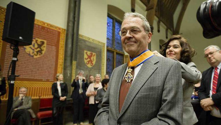 De Nationale ombudsman Alex Brenninkmeijer wordt tijdens zijn afscheid in de Ridderzaal benoemd tot Commandeur in de Orde van Oranje-Nassau. Beeld anp