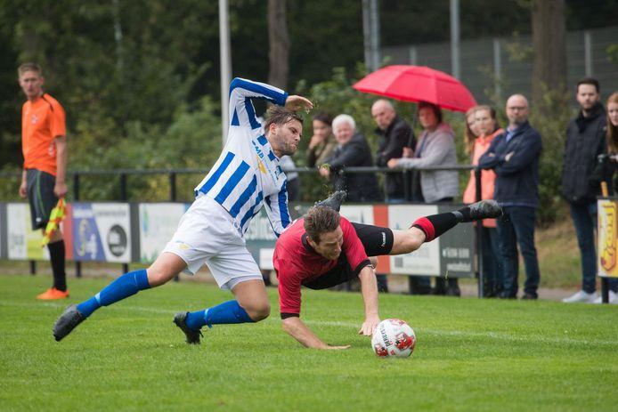De blauw-witten van Lettele - op beeld Sjors van Gerresheim in duel tegen Holten - krijgen na de zomer een nieuwe hoofdtrainer.