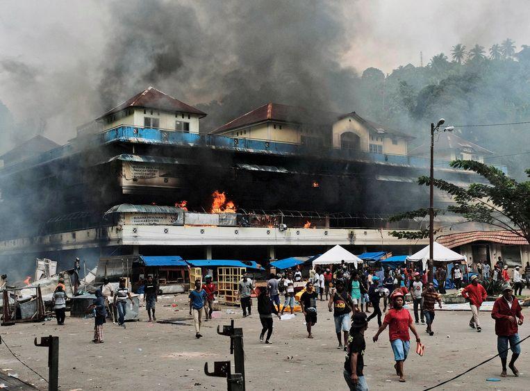 Tijdens de drie dagen van soms gewelddadige protesten werd ook brand gesticht aan verscheidene regeringsgebouwen.