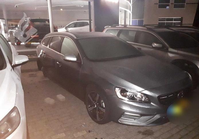 Bij een Volvo-dealer in Amerongen werden de velgen van een auto gestolen.