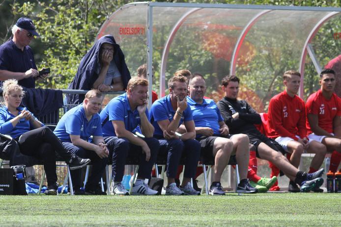 Excelsior'31-coach Wesselink (vierde vanaf links).