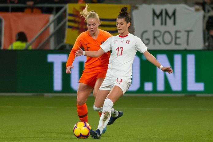 Florijana Ismaili (r) in duel met Kika van Es tijdens de Oranje gewonnen play-offs voor dit WK.