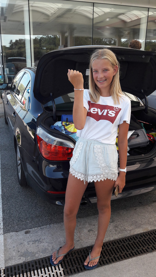 De 12-jarige Juliette Jonker laat haar vriendschapsarmbandje zien.