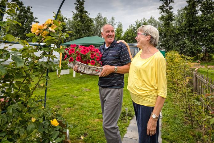 Yvonne en Rob van de Steeg uit Zoetermeer hebben hun kampeerplek omzoomd met borders en een heus tuinhek.