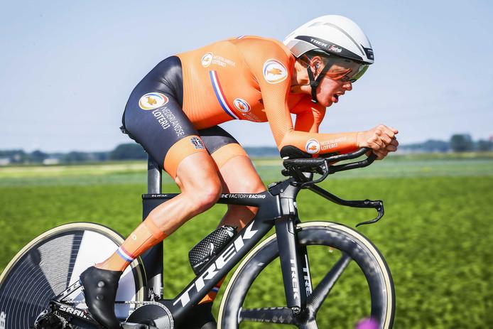 Ellen van Dijk in actie in de tijdrit bij de vrouwen tijdens de Europese kampioenschappen wielrennen. Ze won glansrijk.