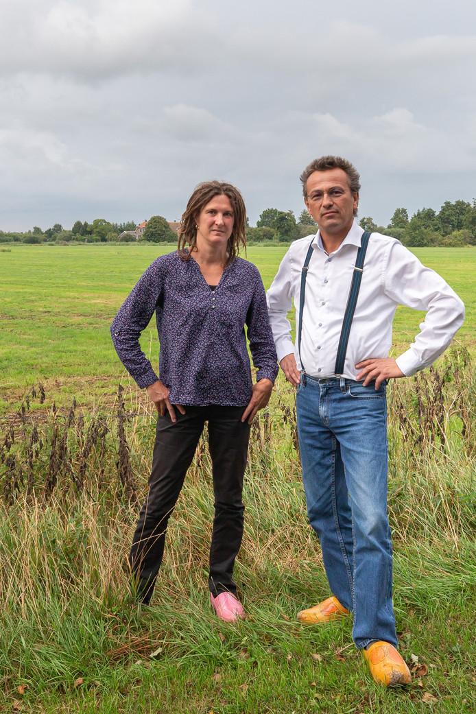 Naast de bons Heemschut zijn ook buurtbewoners Berend en Jacintha Hammer tegen de bouw van een groot woonhuis in een weiland in Zwartewatersklooster.